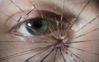 К чему снится разбитое стекло во сне: толкование в сонниках