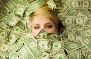 Утонула в долларах