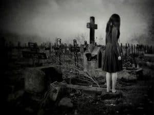 Девочка у могилы