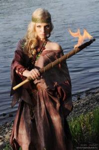 Девушка с факелом