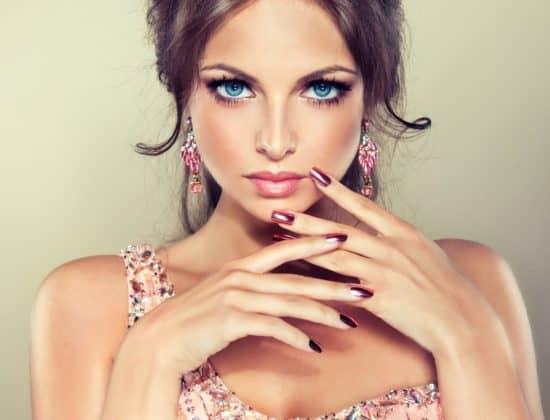 Красивая девушка в платье